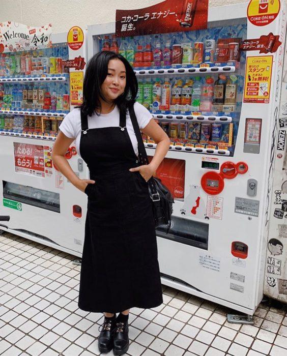 Chica usando un outfit inspirado en Lara Jean con un overol de color negro con botines