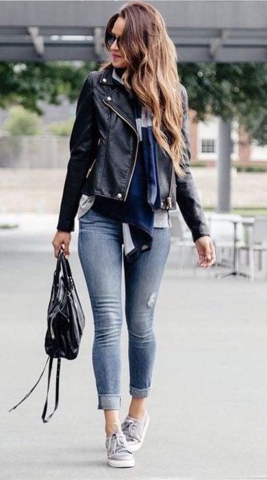 Chica usando un outfit inspirado en Lara Jean con jeans y chaqueta de mezclilla