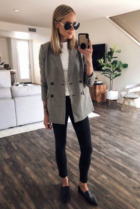 Chica usando un outfit inspirado en Lara Jean con pantalones negros y blazer de cuadros