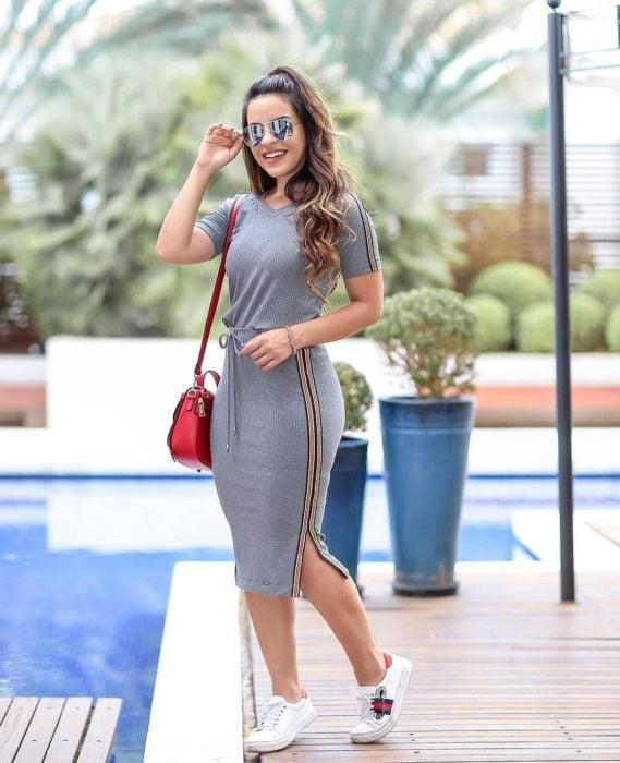 Chica usando un outfit inspirado en Lara Jean con vestido de color gris y tenis