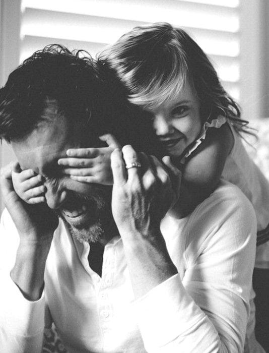 Frases del día del padre; niña tapándole los ojos a su papá
