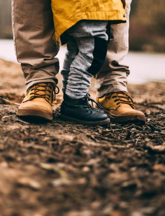 Frases del día del padre; pies de papá e hijo, hija