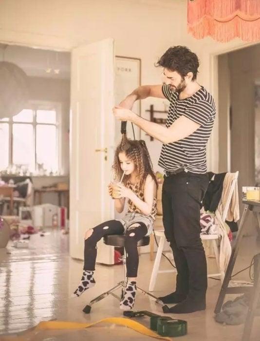 Frases del día del padre; papá peinando a su hija