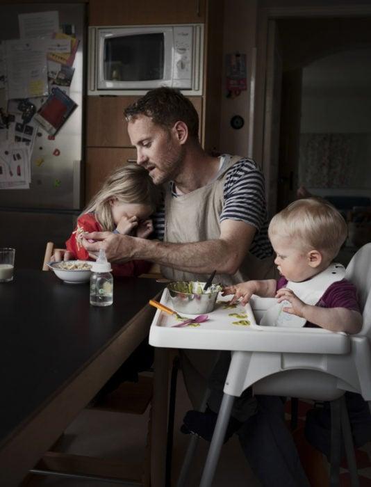Frases del día del padre; papá dándole de comer a sus hijos