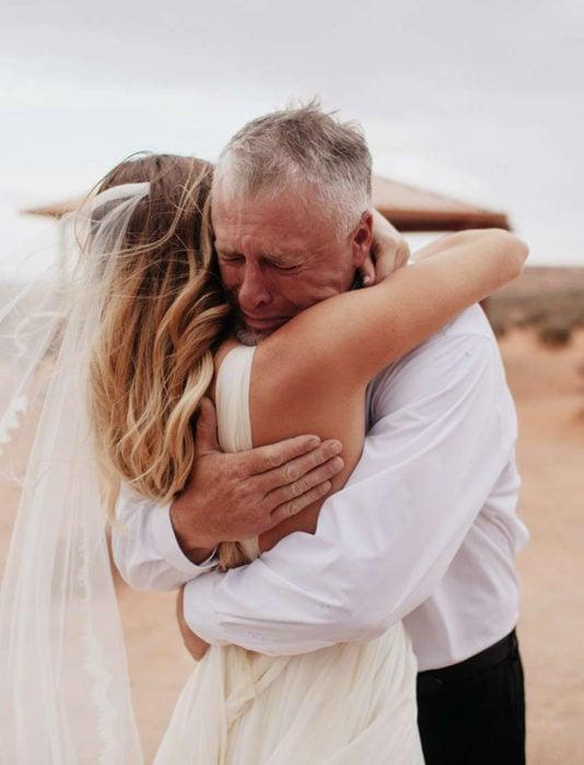 Frases del día del padre; papá abrazando a su hija el día de su boda