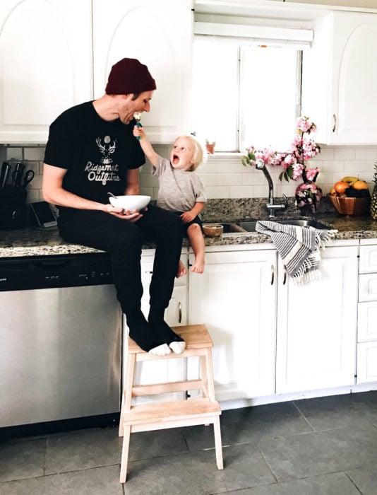 Frases del día del padre; papá e hija en la cocina comiendo nieve