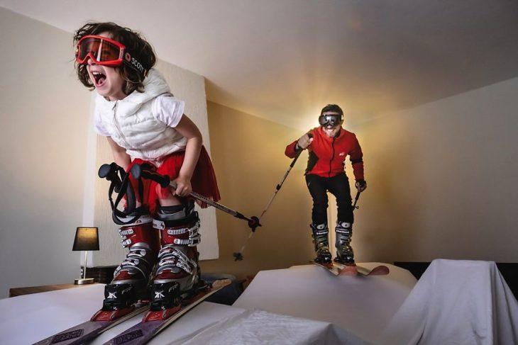 Fotógrafo y su hija improvisan un paseo por la montaña en casa