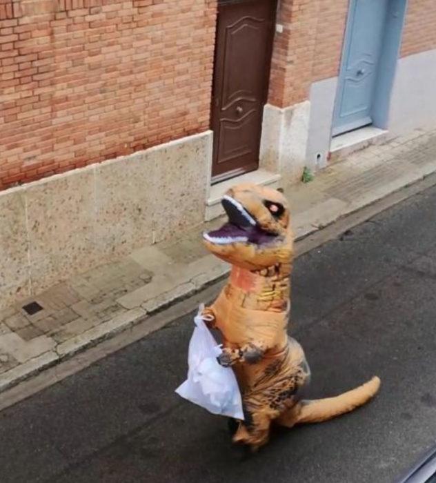 Papá e hija salen disfrazados a la calle durante cuarentena; tiranosaurio rex