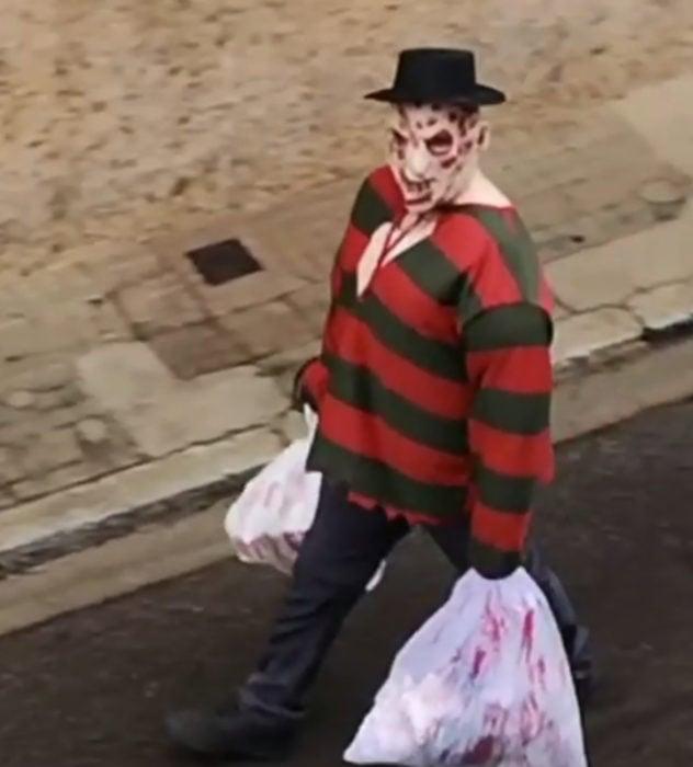 Papá e hija salen disfrazados a la calle durante cuarentena; Freddy Krueger
