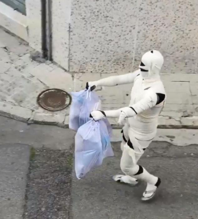 Papá e hija salen disfrazados a la calle durante cuarentena; momia