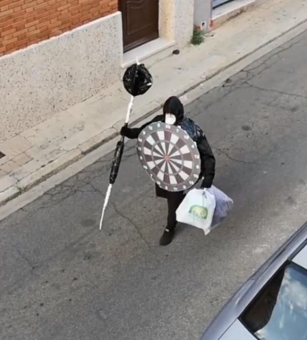 Papá e hija salen disfrazados a la calle durante cuarentena