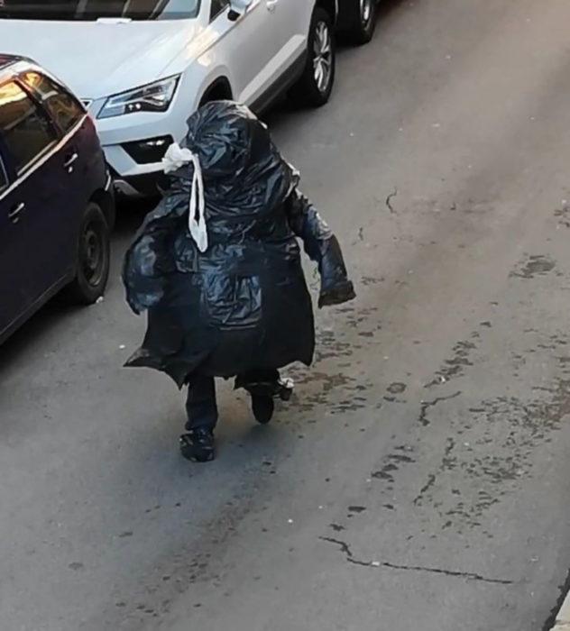 Papá e hija salen disfrazados a la calle durante cuarentena; bolsa de basura