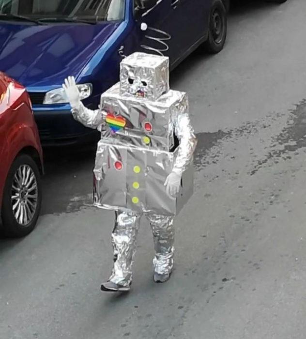 Papá e hija salen disfrazados a la calle durante cuarentena; robot