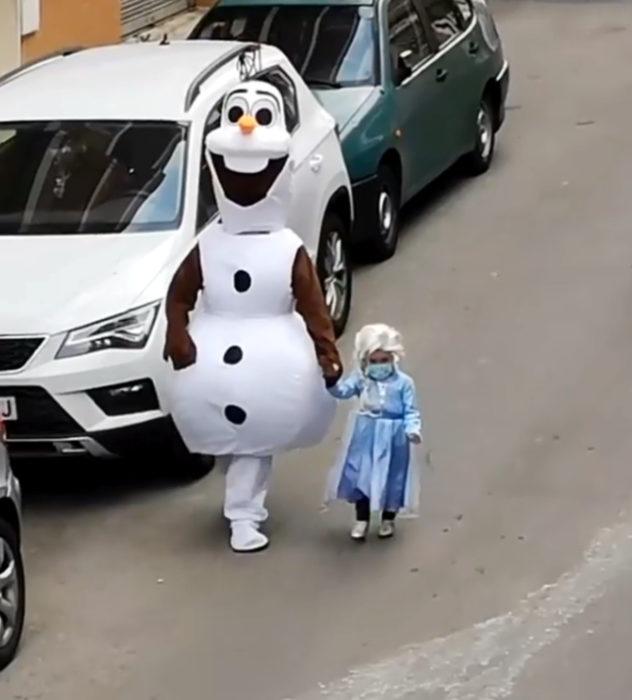 Papá e hija salen disfrazados a la calle durante cuarentena; Olaf y Elsa, Frozen