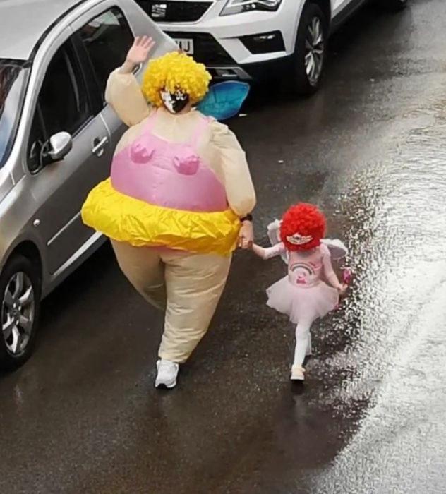 Papá e hija salen disfrazados a la calle durante cuarentena; Hadas