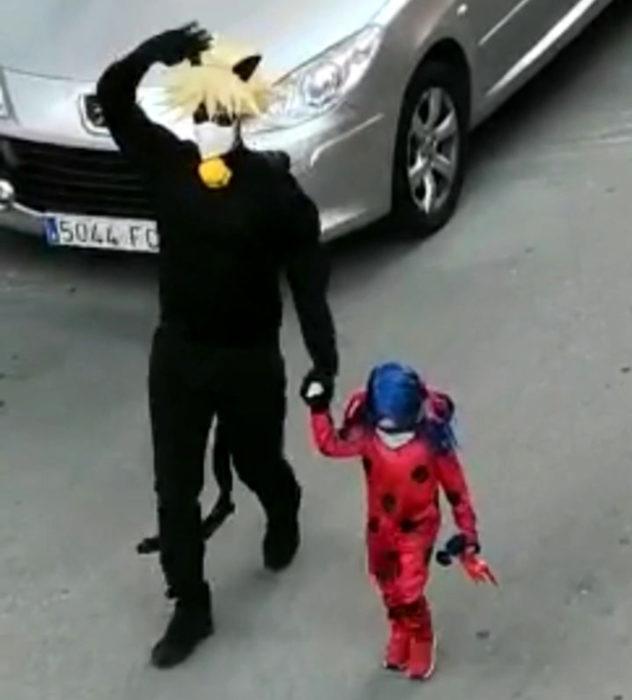 Papá e hija salen disfrazados a la calle durante cuarentena; Marinette y Adrien, Miraculous: Las aventuras de Ladybug