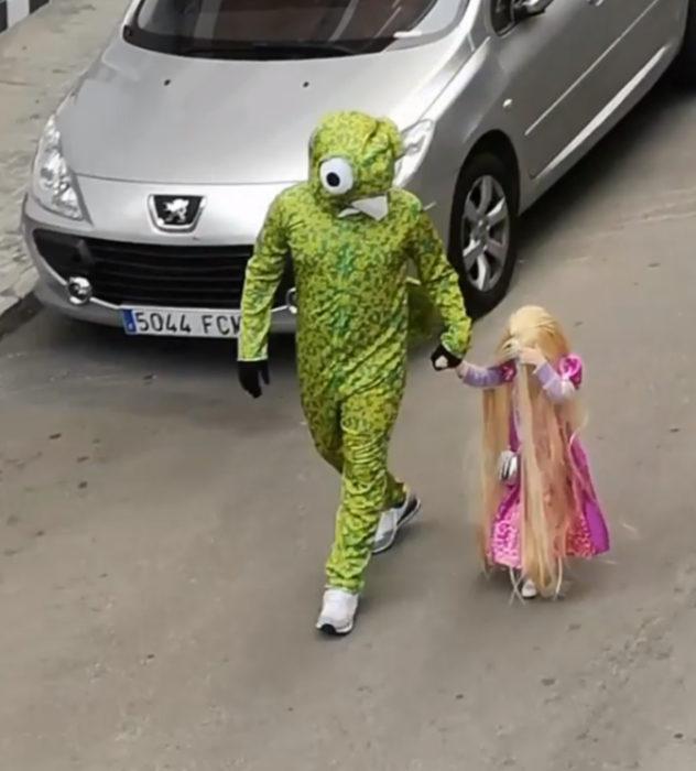 Papá e hija salen disfrazados a la calle durante cuarentena; Rapunzel y camaleón