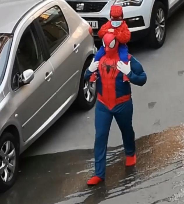 Papá e hija salen disfrazados a la calle durante cuarentena; Spider-Man