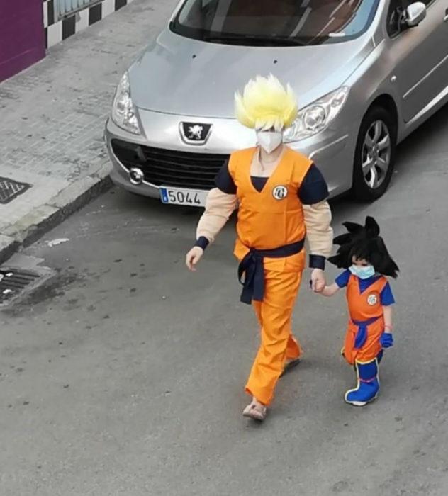 Papá e hija salen disfrazados a la calle durante cuarentena; Dragon Ball, Gokú