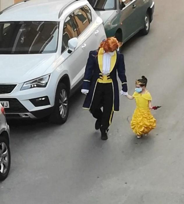 Papá e hija salen disfrazados a la calle durante cuarentena; La bella y la bestia