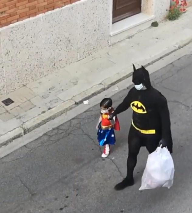 Papá e hija salen disfrazados a la calle durante cuarentena; Batman y La mujer maravilla
