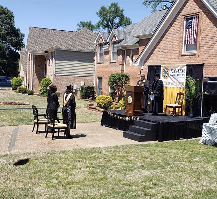 Papá prepara ceremonia de graduación en casa para su hija