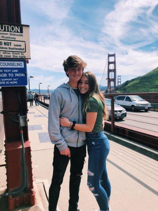 Pareja abrazada en la estación de tren