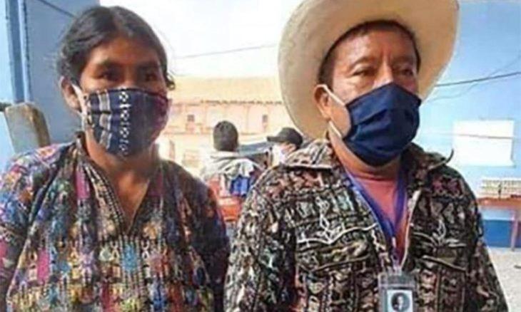 Pareja de abuelitos agricultores cubriendo su rostro con un crubrebocas