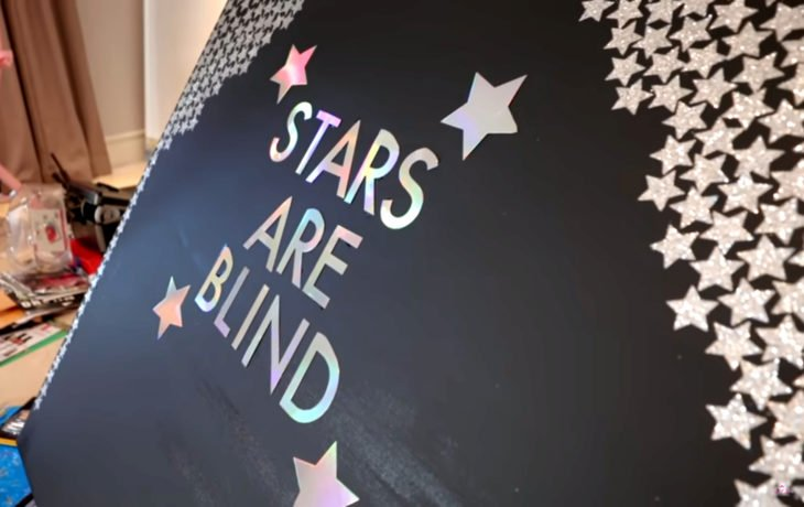 Paris Hilton pintando; Stars are blind