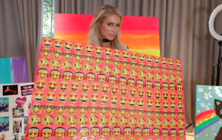 Paris Hilton pintando; emojis de corazón