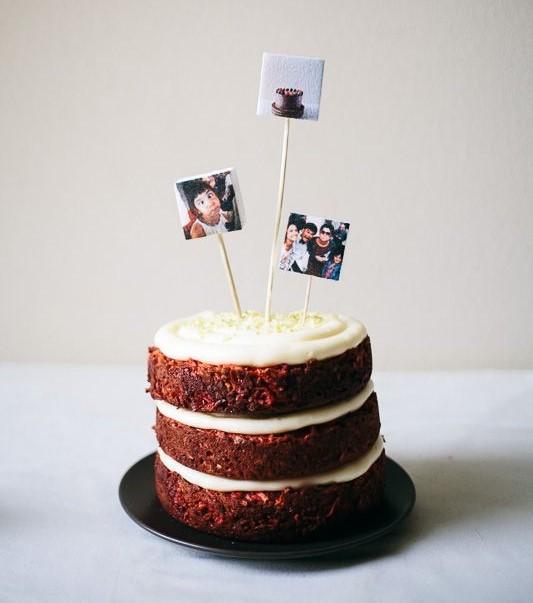 Pastel de harina de zanahoria con betún de vainilla y caramelo decorado con fotos