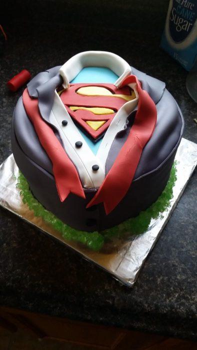 Pastel de fondat en forma de Superman para celebrar el Día del padre