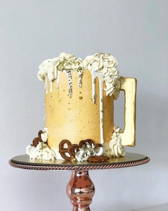 Pastel de betún con amarillo de mantequilla en forma de tarro cerveza