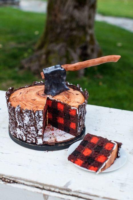 Pastel con relleno de cuadros en forma de tronco