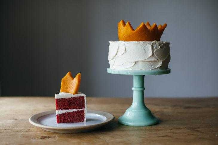 pastel red velvelt con betún de vainilla y una corona amarilla