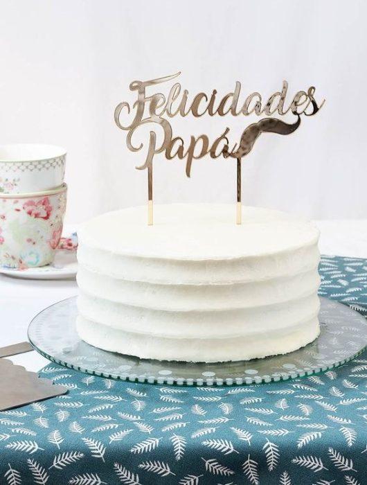 Pastel de vainilla decorado con banderilla de felicidades papá