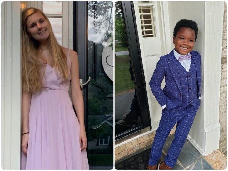 Chica y un niño recargados en el marco de la puerta de una casa blanca