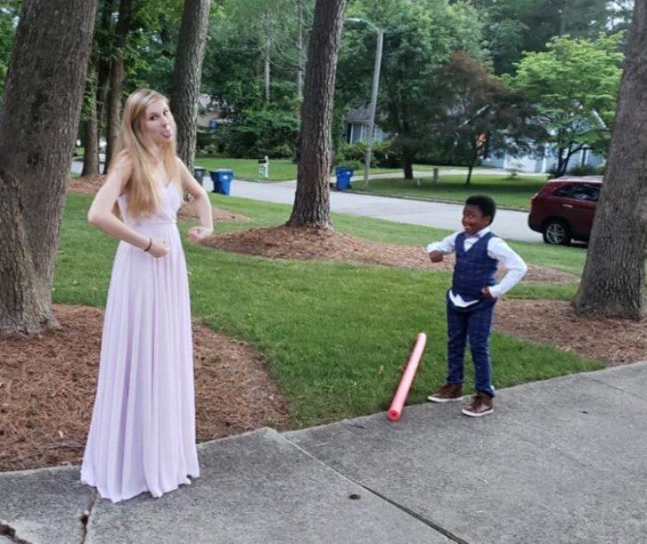 Chica y un niño bailando en el patio de la casa