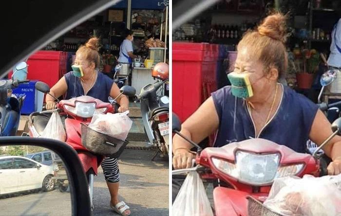 Señora usando una esponja para lavar trastes como cubreboca