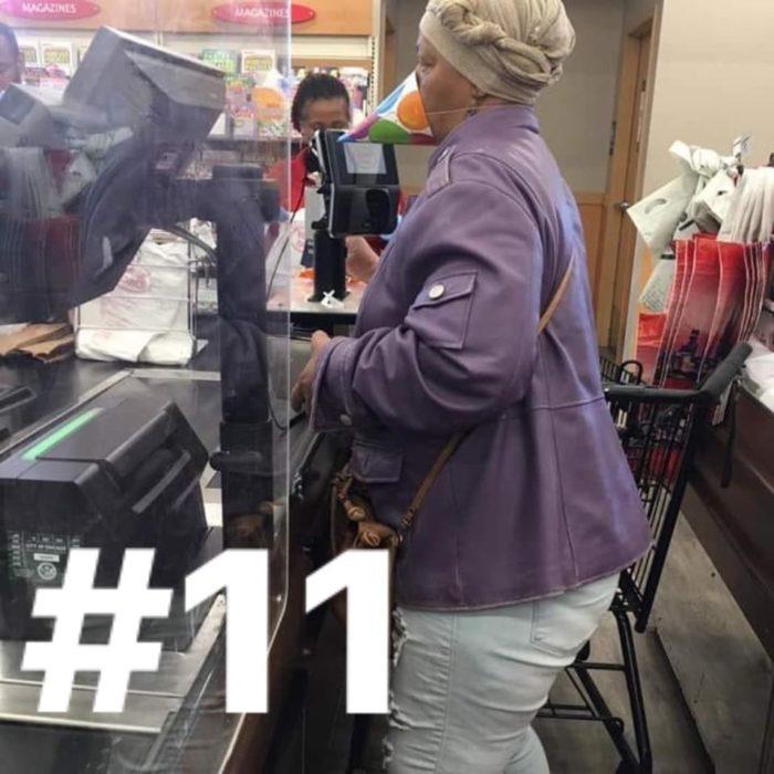 Señora usando un gorro de fiesta en lugar de un cubreboca