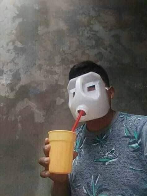 Chico usando una careta hecha con galón de leche