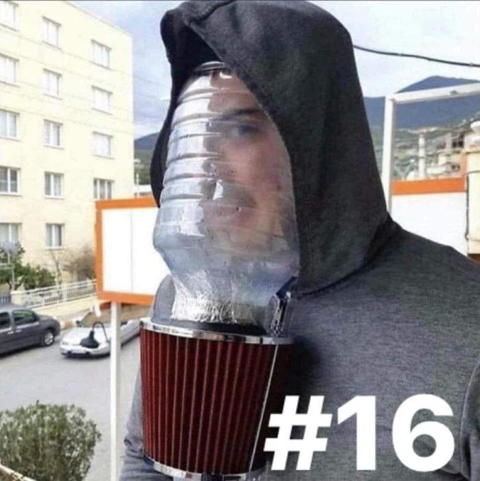 Hombre usando un galón de agua con un filtro de aire para carro