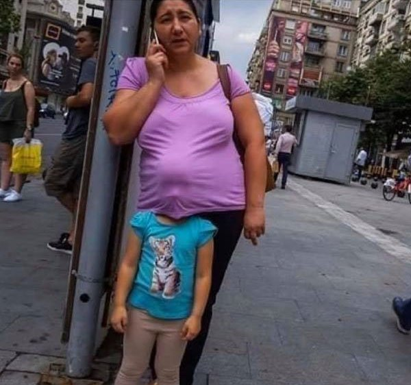 Señora con un niño dentro de su blusa