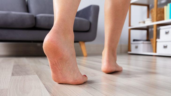 Pies descalzos caminando