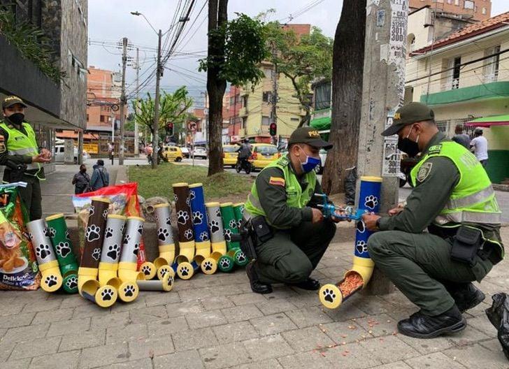 Policias en Medellin instalan comederos para perros callejeros