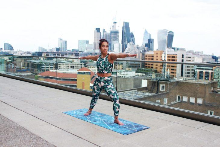 Mujer realizando yoga con una buena postura