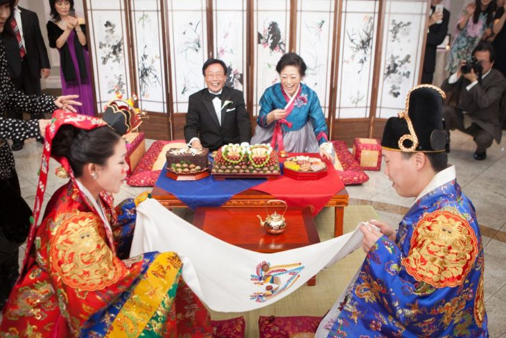 Participantes de la ceremonia Pyebaek de la boda coreana