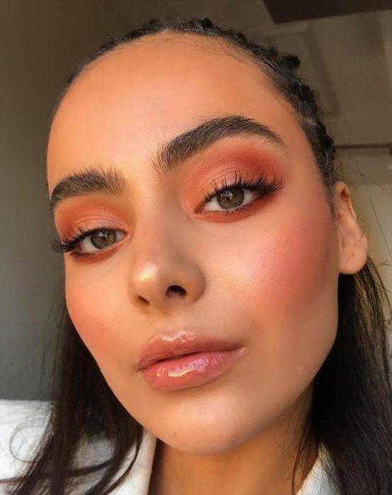 Chica morena con gloss en los labios