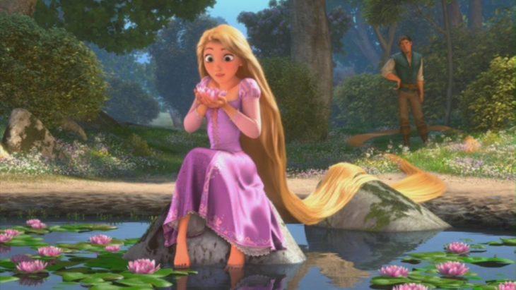 Rapunzel sentada en un tronco