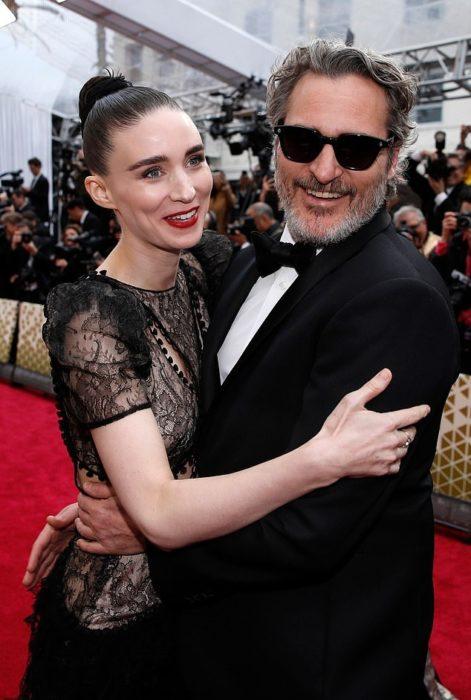 Rooney Mara y Joaquin Phoenix en la entrega de los premiso Óscar abrazados